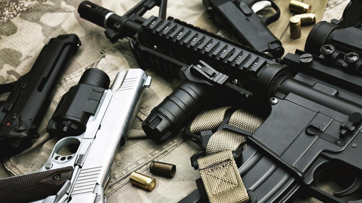 Des armes d'assaut et de poing.