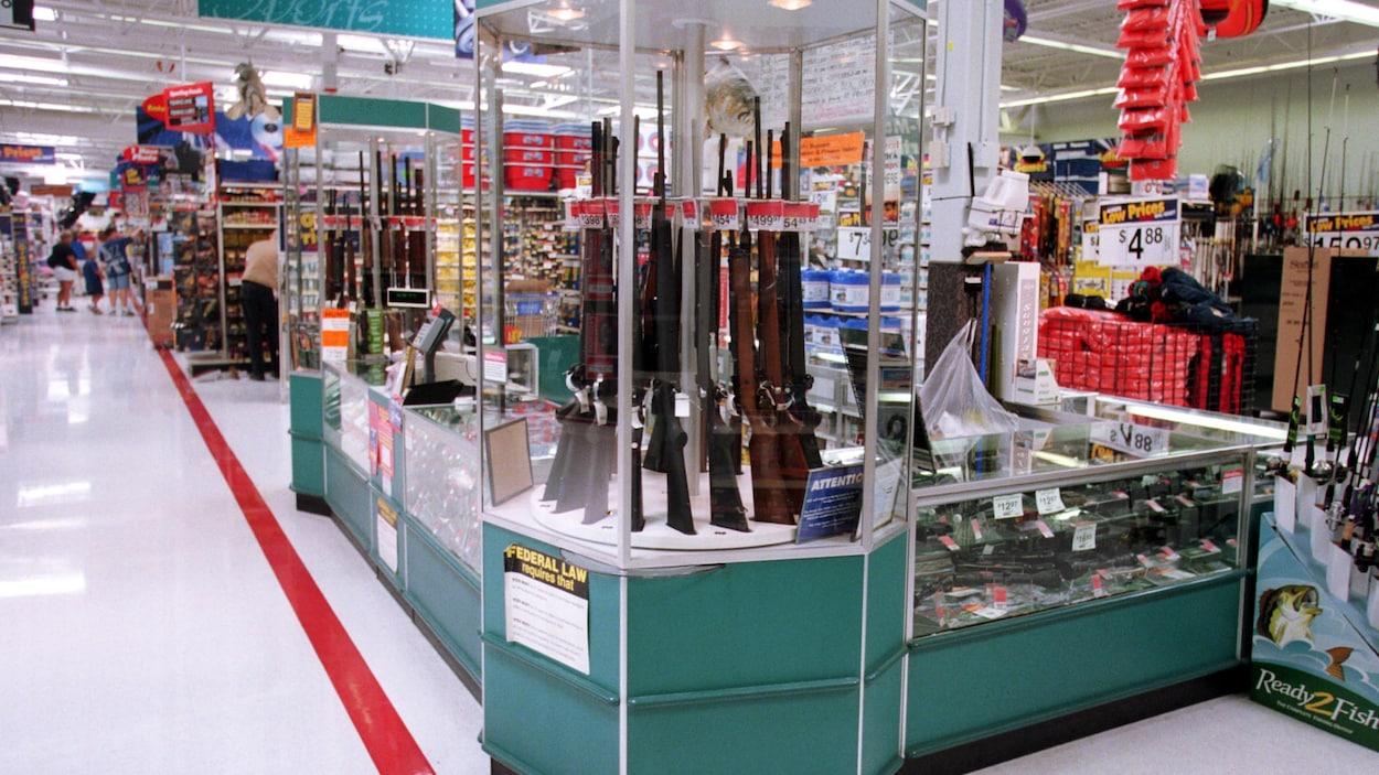 Le présentoir comprend des fusils et des carabines.