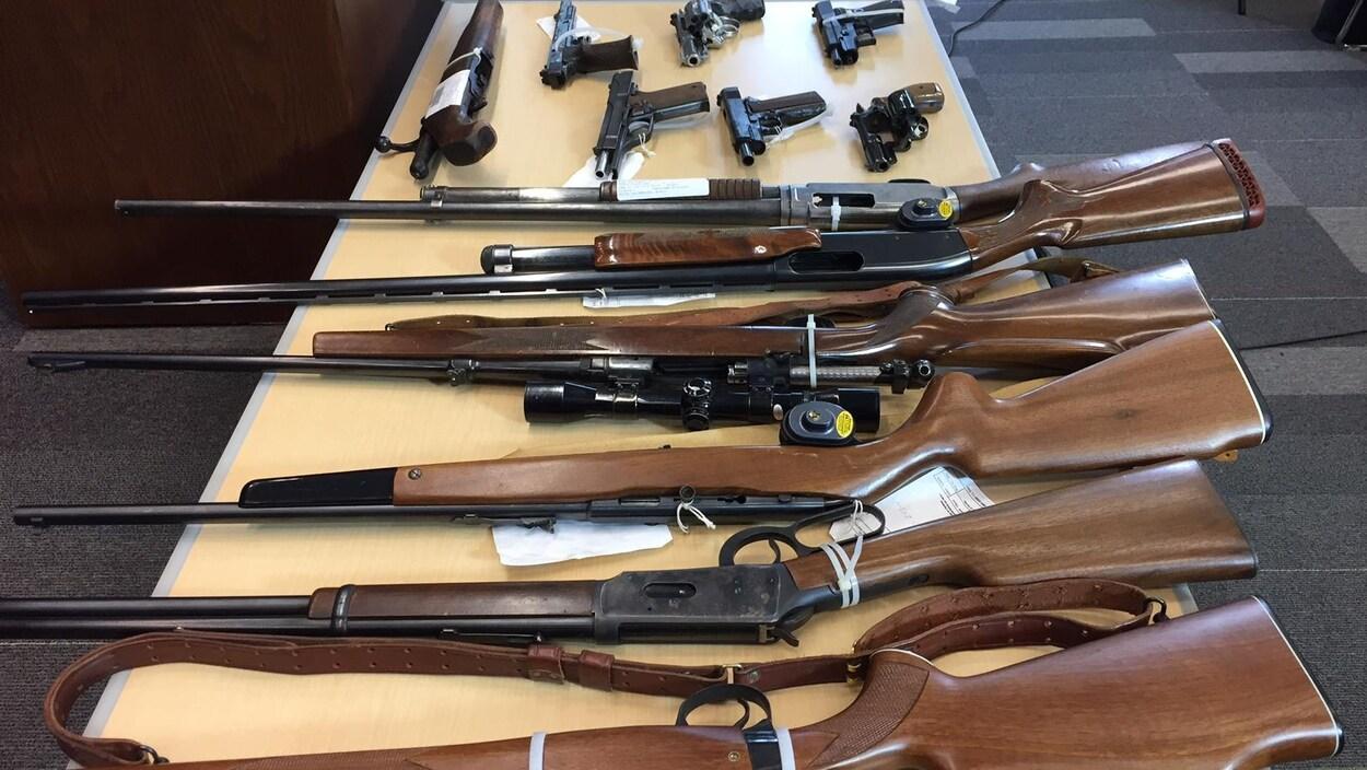 Des fusils et des pistolets sur une table