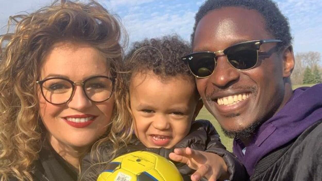 Arnold Bouka Moutou et sa femme, Bérangère, et leur petit garçon qui tient un ballon dans la main.