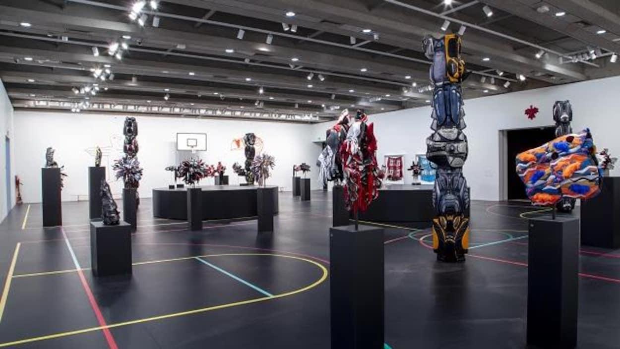 Vue de l'exposition avec des oeuvres artistiques dans une grande salle.
