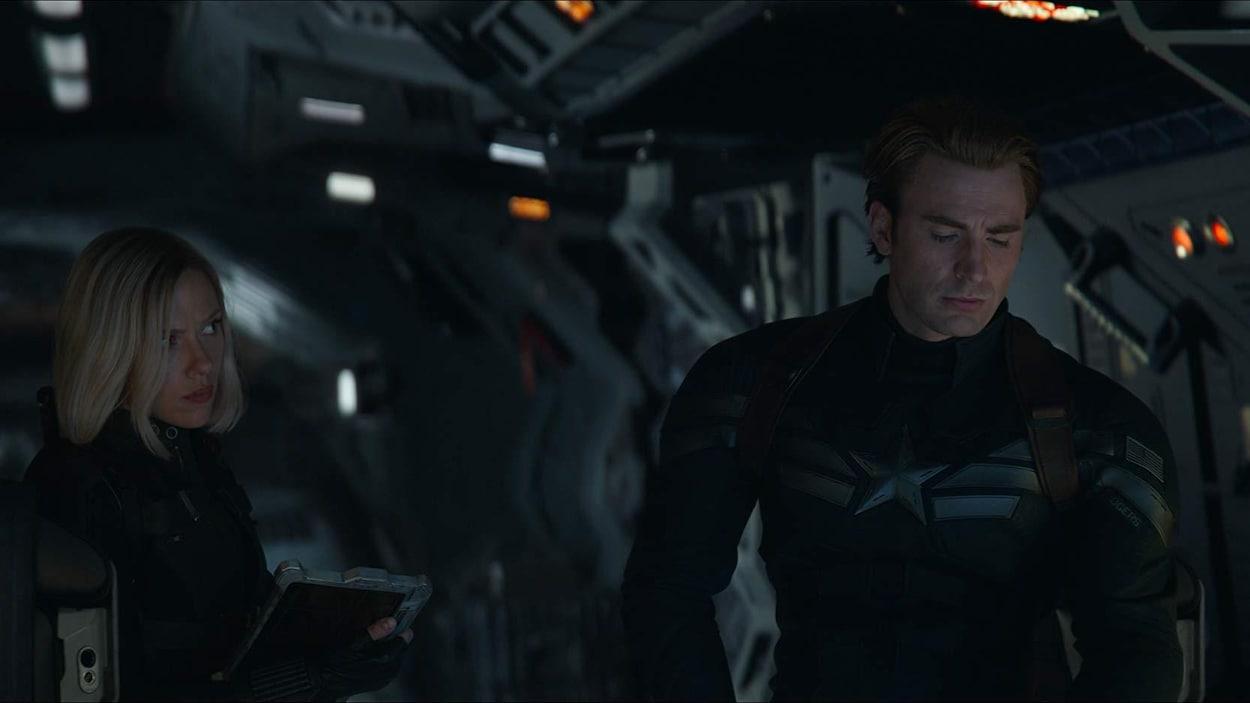 Deux superhéros, une femme et un homme, aux commandes d'un vaisseau.