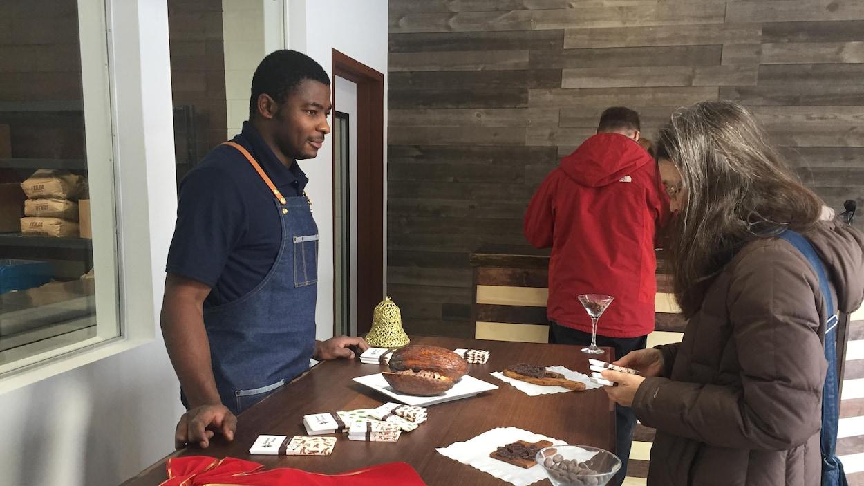 Un homme offre une dégustation de chocolat à une dame