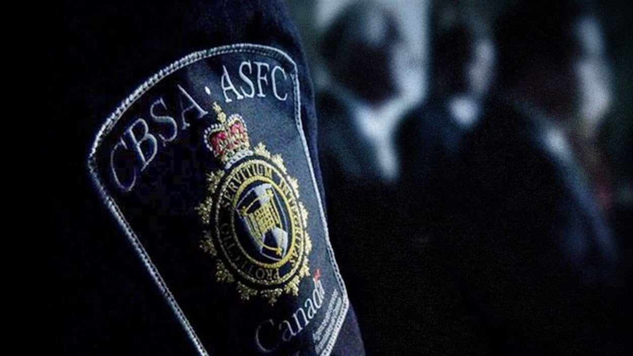 Écusson de l'Agence des services frontaliers du Canada sur l'uniforme d'un agent.
