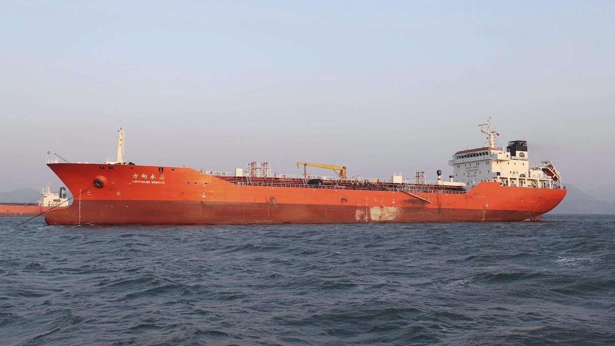 Un navire ancré au large.