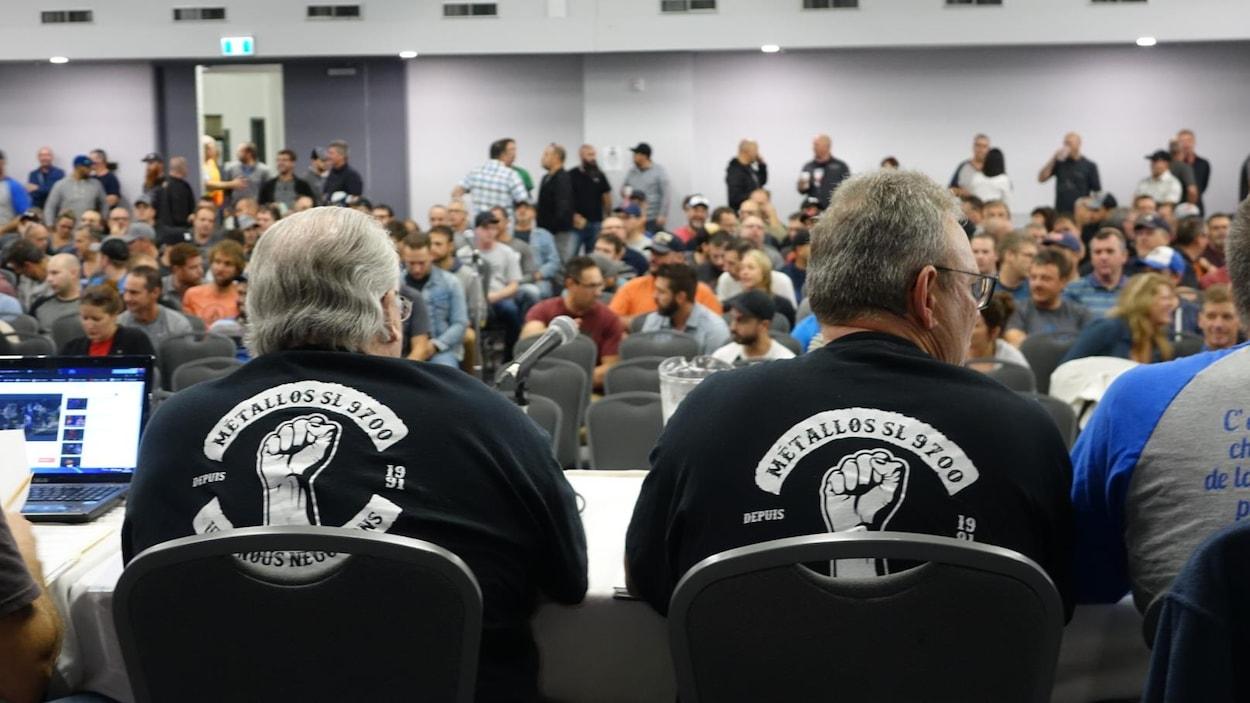 Gens de l'exécutif du syndicat à une table face aux travailleurs