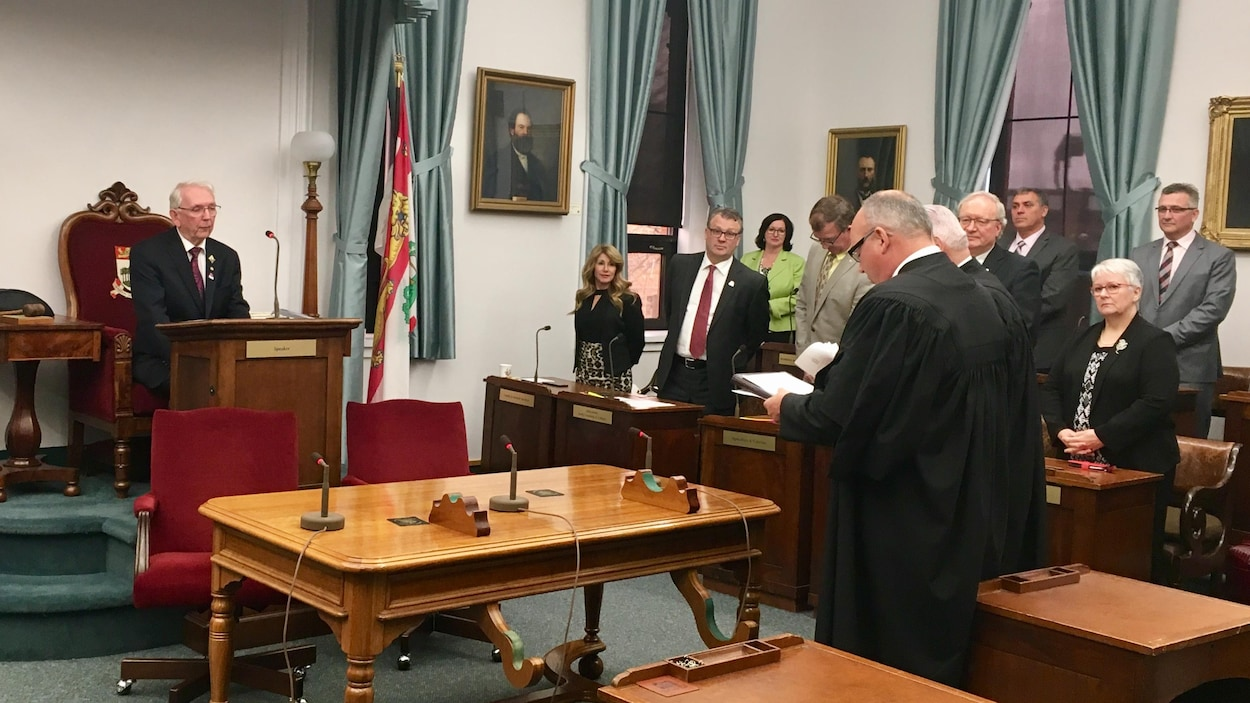 Le lieutenant-gouverneur Frank Lewis donne la sanction royale aux projets de loi à la fin d'une session parlementaire à l'Île-du-Prince-Édouard.