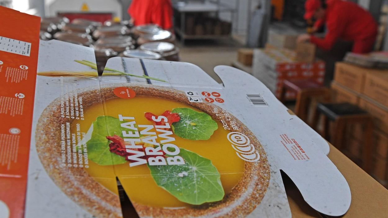 Le dessus d'une boîte en carton montre en couleur les assiettes brunes qu'elle contient.