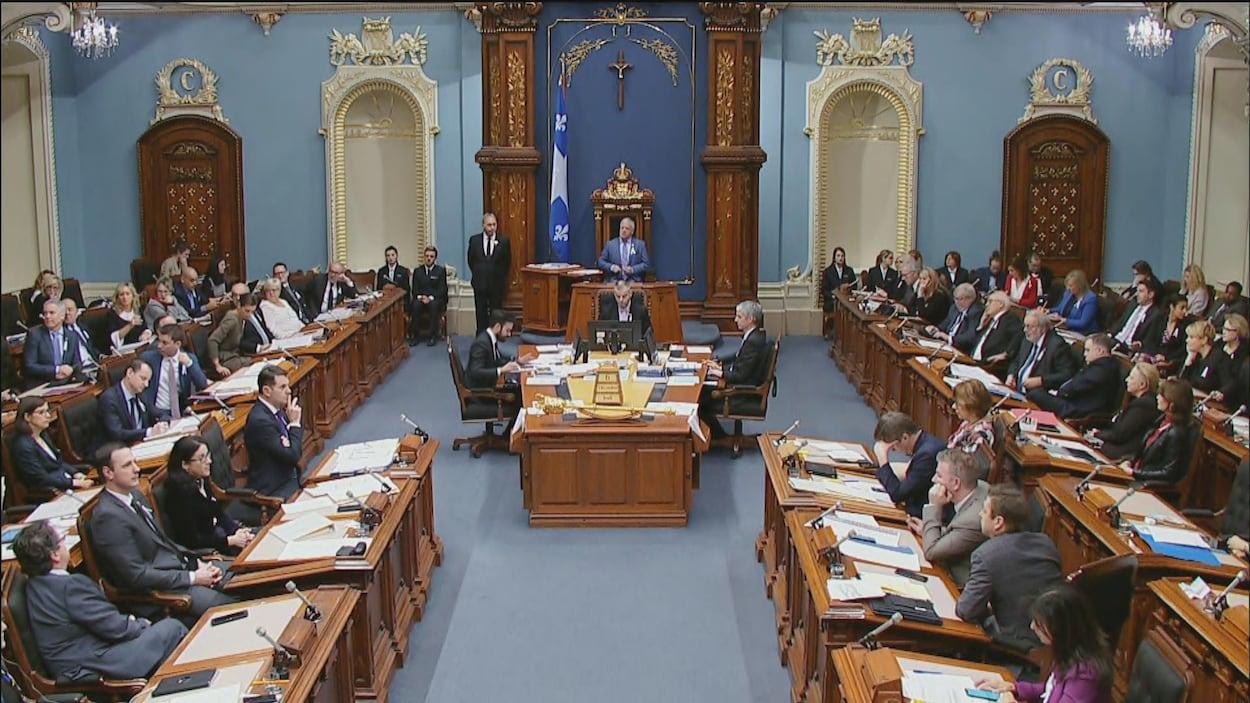 Plusieurs personnes asises à l'Assemblée nationale