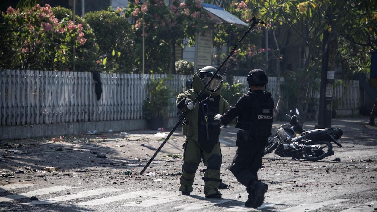13 morts, dans plusieurs attentats à Surabaya — INDONESIE