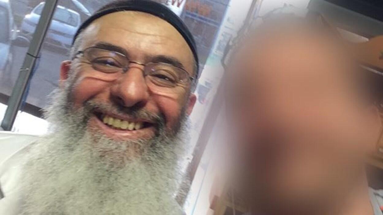 Photo d'Azzedine Soufiane. L'homme a une longue barbe grise, porte des lunettes et affiche un sourire.