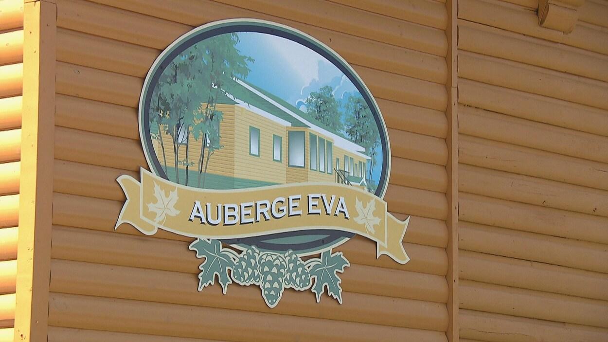 Une affiche de l'auberge Éva de Lac-Bouchette.