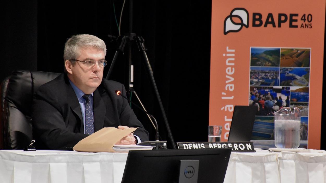 Denis Bergeron lors des audiences sur le projet Énergie Saguenay.