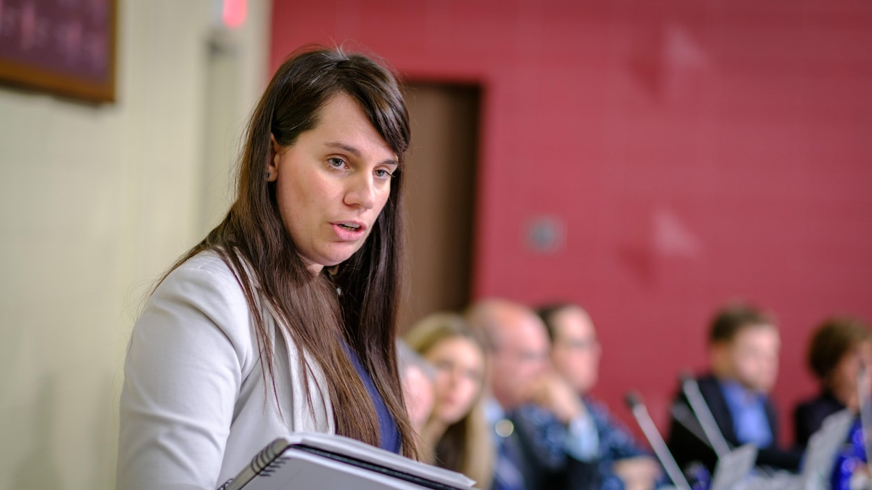 Audrey Bureau s'adresse à un citoyen lors d'une séance du conseil municipal.