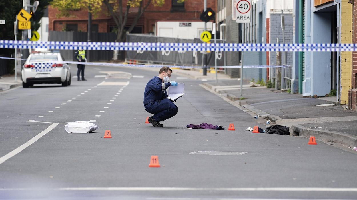 La police étudie la scène du crime à l'extérieur de la discothèque «Love Machine» à Melbourne.