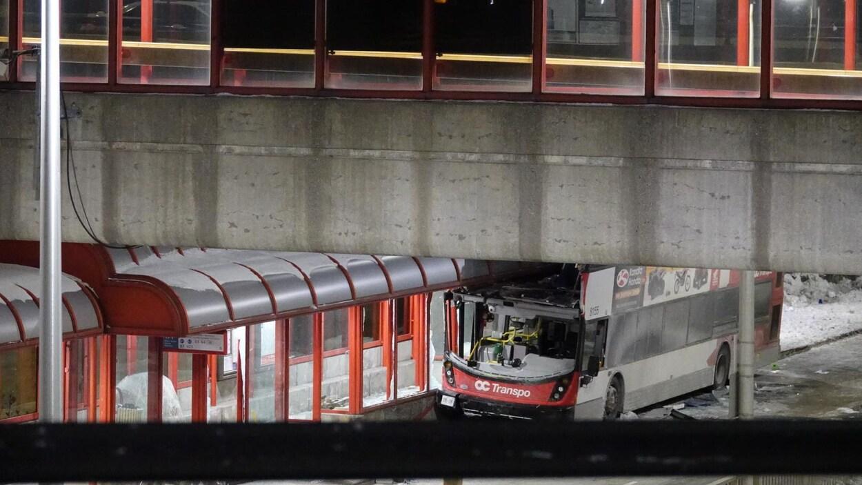 Un autobus dont la façade est complètement arrachée.