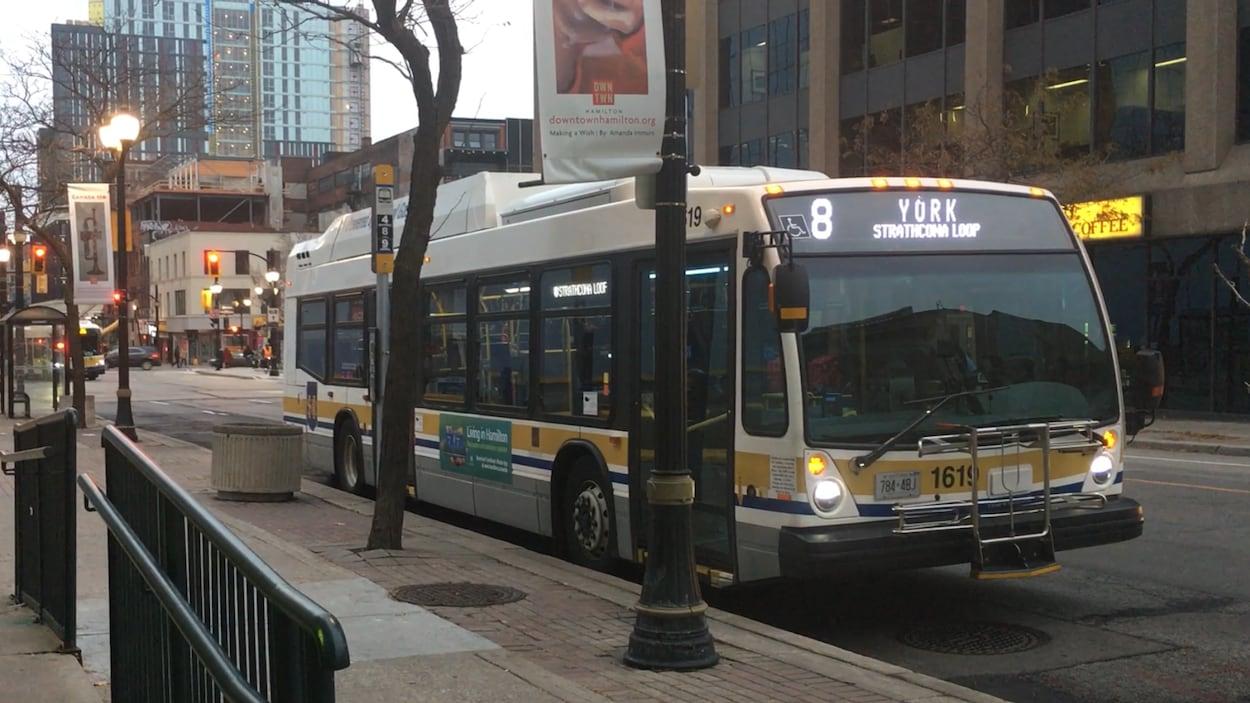 Un autobus municipal immobilisé à un arrêt.