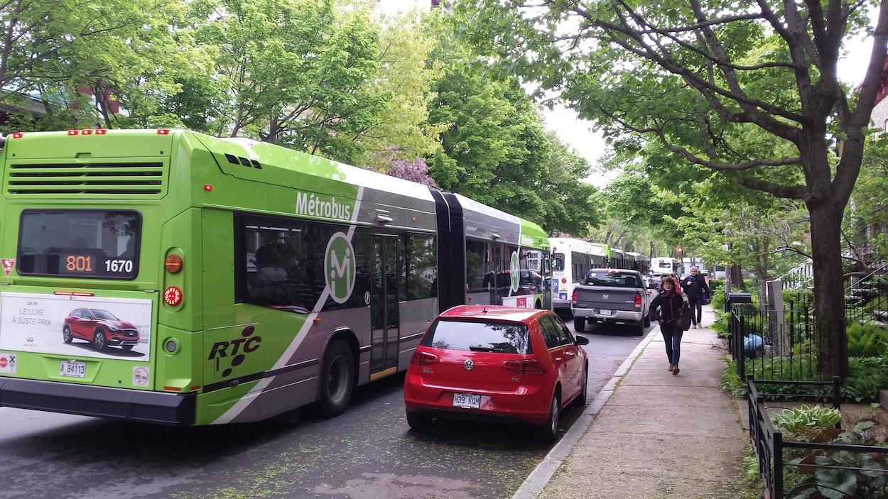 File d'autobus dans une rue du quartier Montcalm
