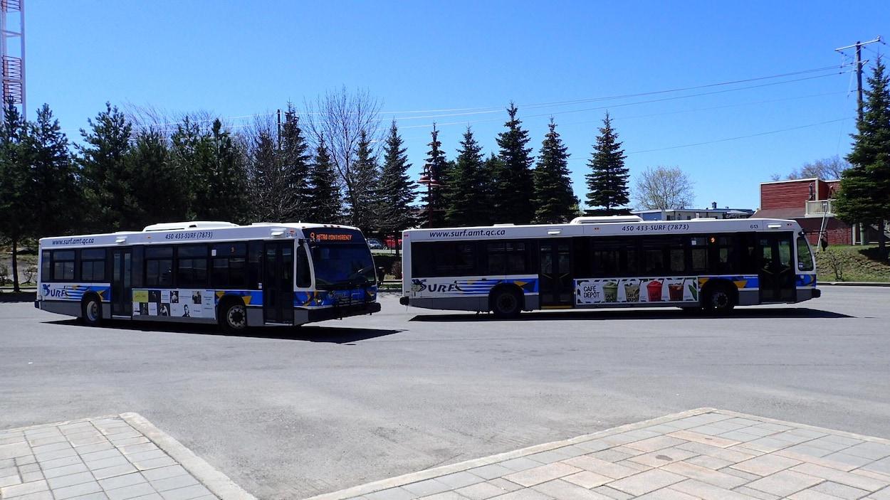 Deux autobus municipaux de Saint-Jérôme.