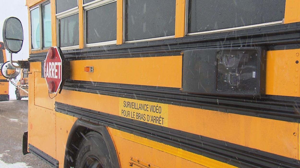Une caméra, installé dans un boîtier sur le flanc d'un autobus scolaire