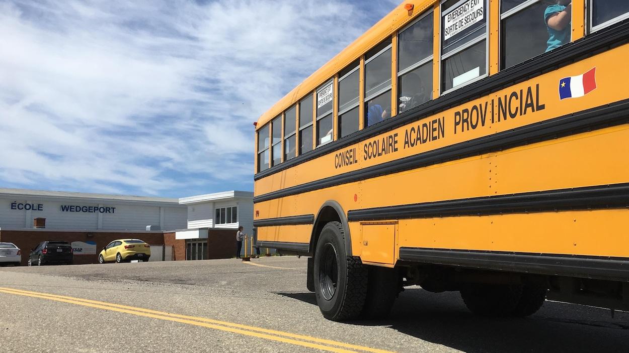 Un autobus scolaire devant l'école francophone Wedgeport, dans le sud-ouest de la Nouvelle-Écosse.