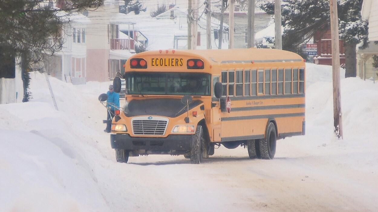 Autobus scolaire dans les rues de Lac-aux-Sables