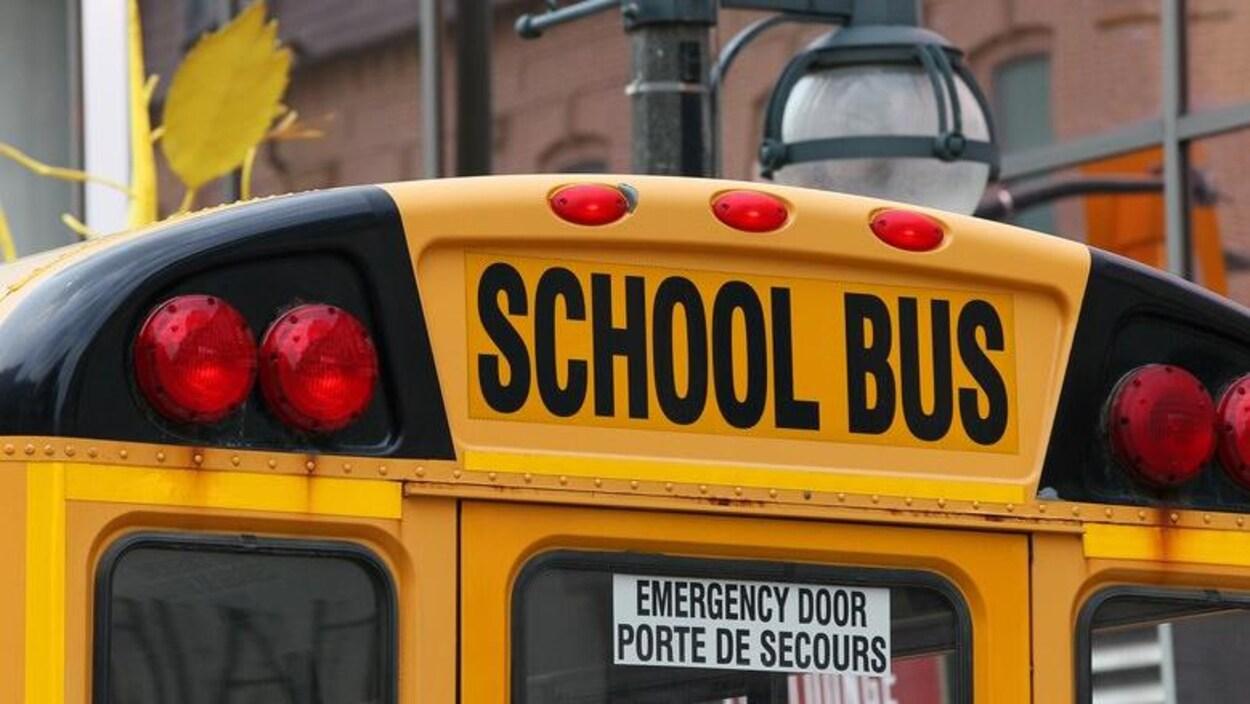 Gros plan sur la porte arrière d'un autobus scolaire.