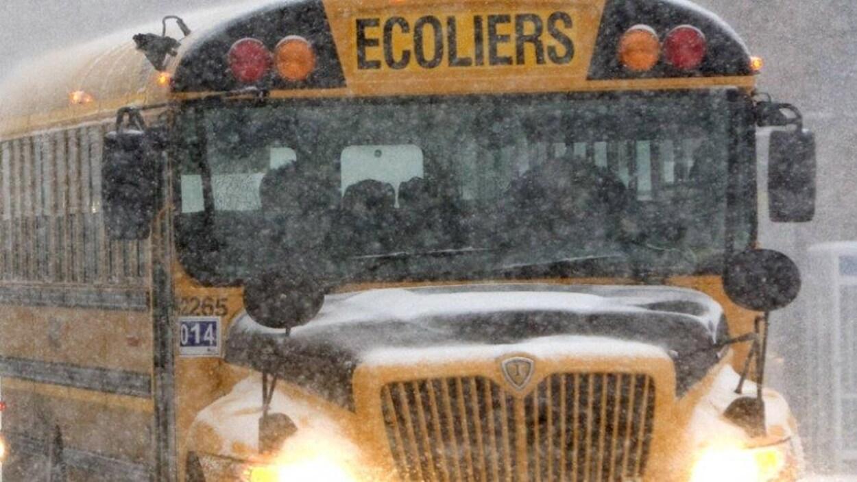Un autobus scolaire sous la neige