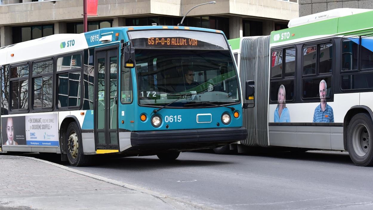Des autobus de la Société de transport de l'Outaouais (STO) en marche