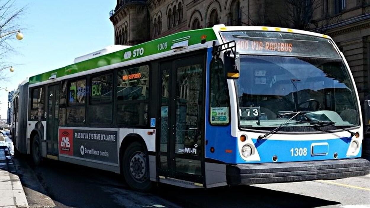 Un autobus de la STO au centre-ville d'Ottawa.