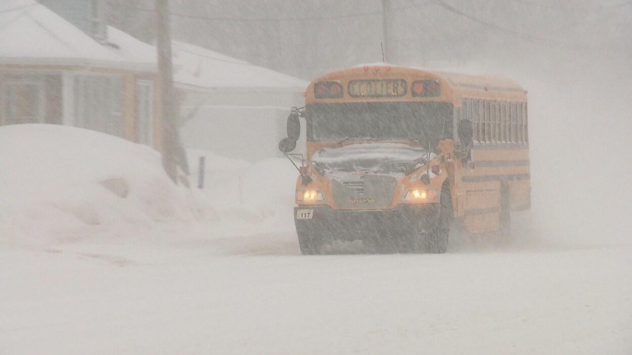 Un autobus scolaire dans la tempête