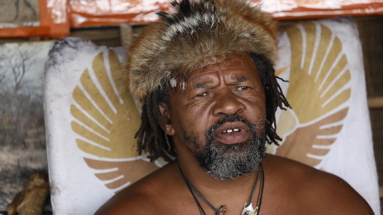 Le leader King Khoisan dans sa tente devant le bureau du président à Pretoria.