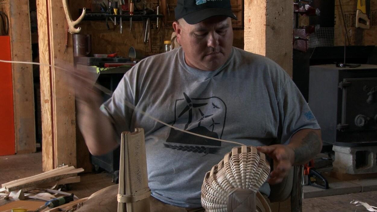 Le Micmac de Gesgapegiag au Québec, Stephen Jerome, est le dernier à savoir faire des paniers traditionnels en frêne noir, comme le faisaient son père, son grand-père, ses ancêtres.