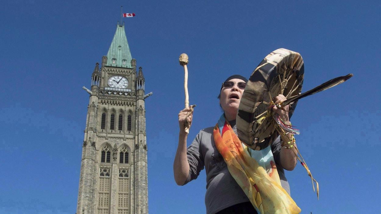 La chef autochtone Marcia Brown Martel chante à l'extérieur des édifices du Parlement, le vendredi 6 octobre 2017.