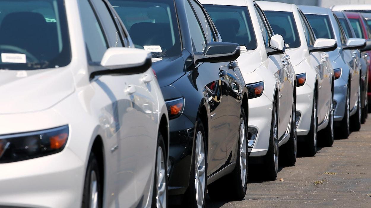 Des véhicules automobiles.