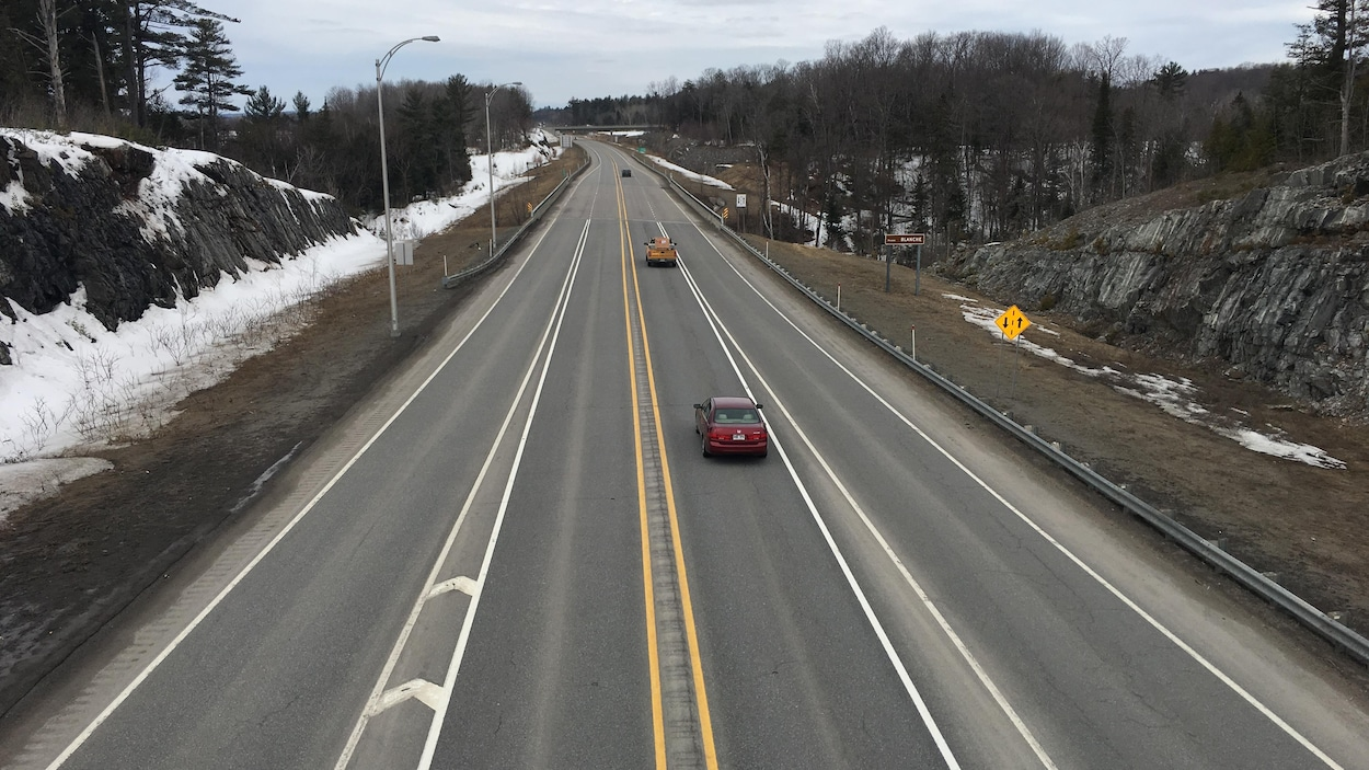 La photo prise d'un viaduc montre les deux voies de l'autoroute et des bretelles d'accès et de sortie.