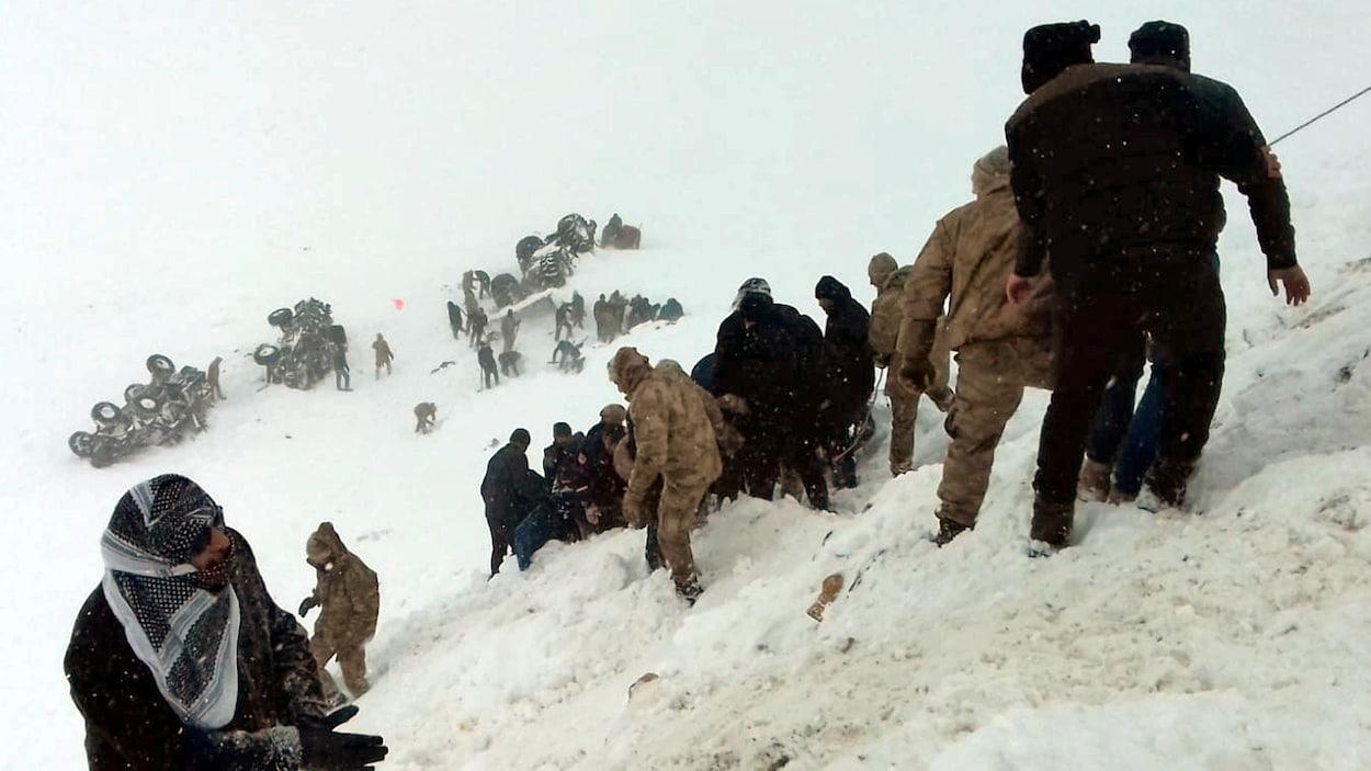 Des soldats turcs ainsi que des habitants tentent de secourir les personnes ensevelies sous la neige.