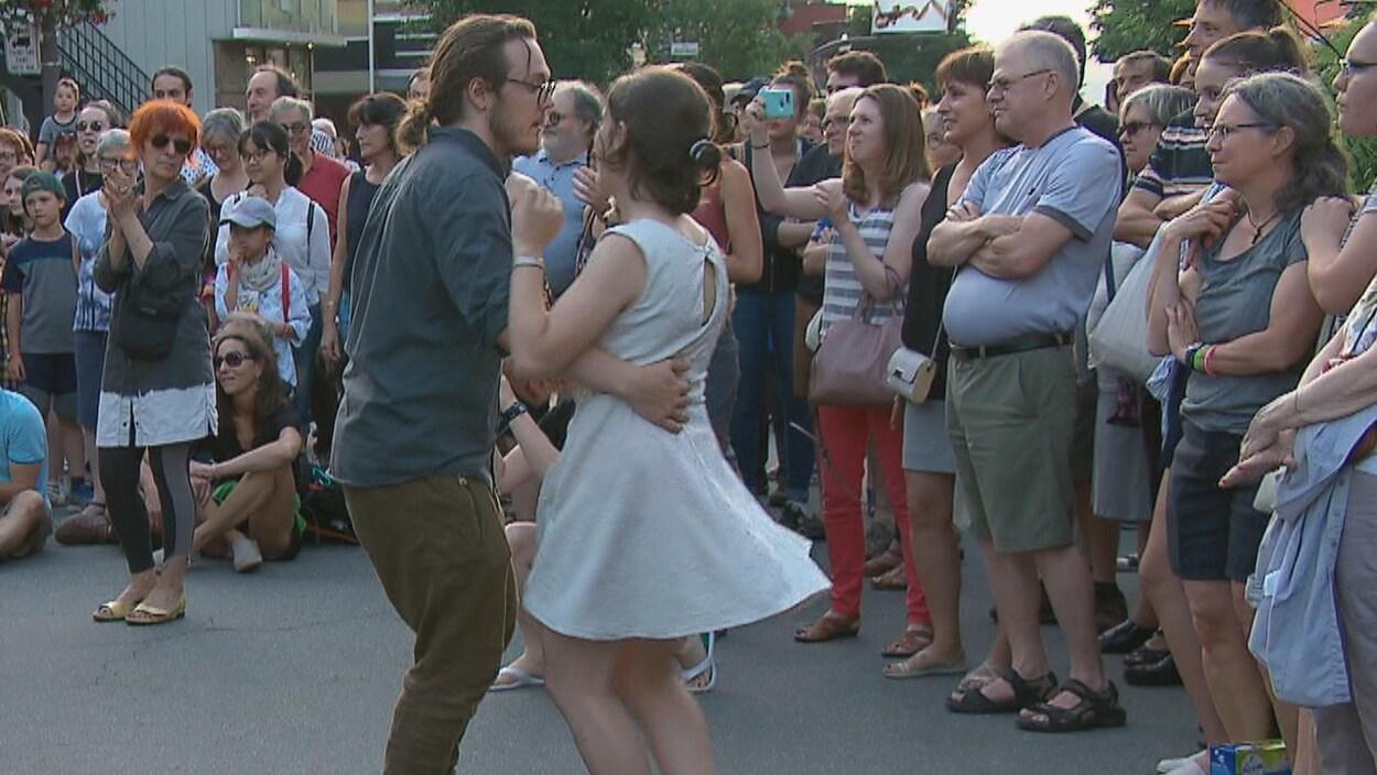 Des citoyens dansent sur l'avenue Cartier.