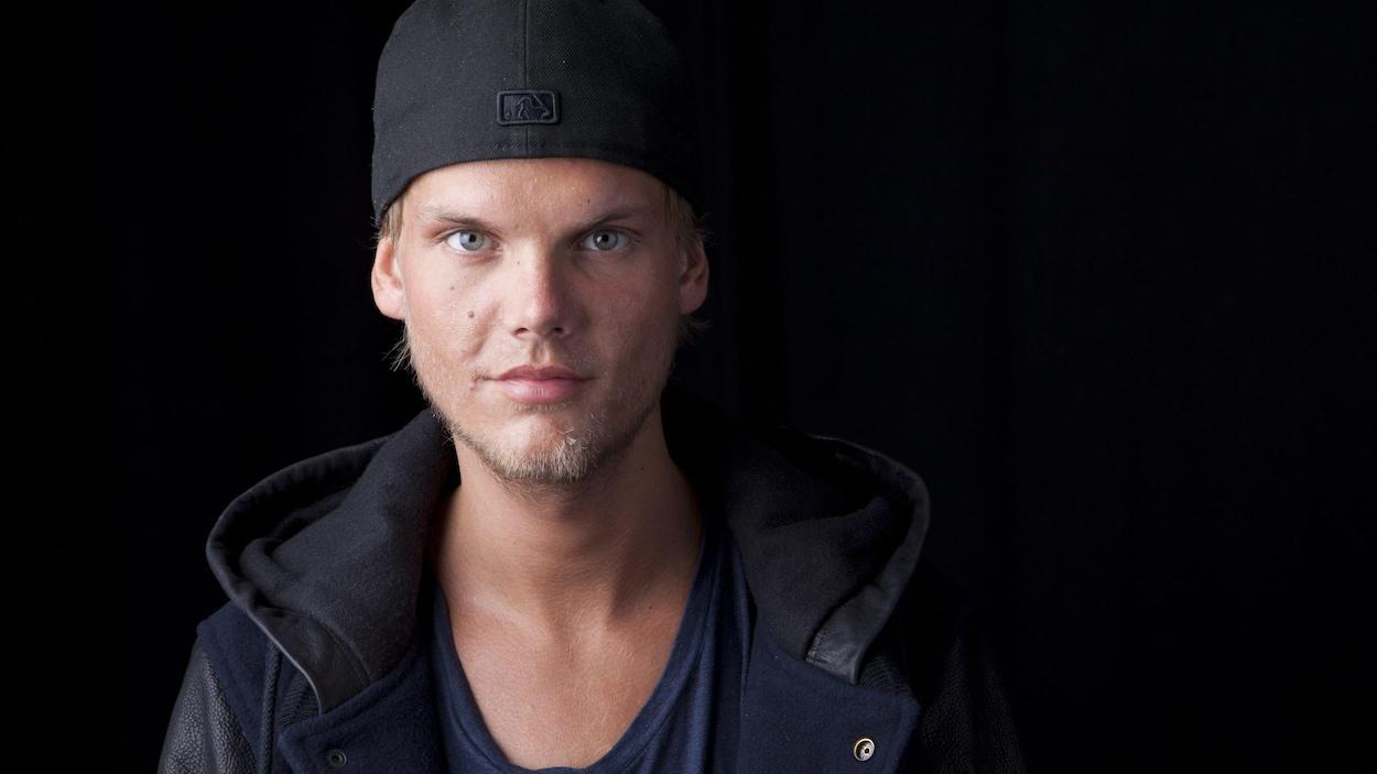 Le DJ d'origine suédoise Avicii prend la pose avec un sourire enigmatique.