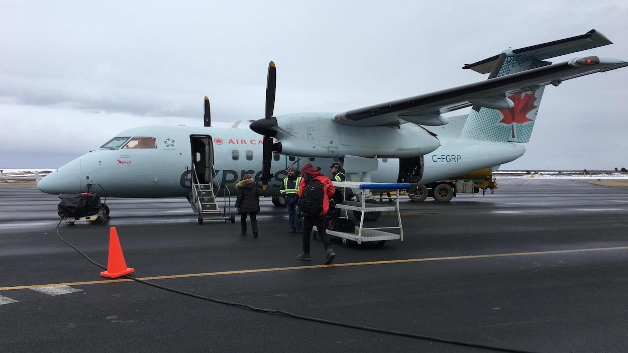 Passagers qui embarquent dans un avion.
