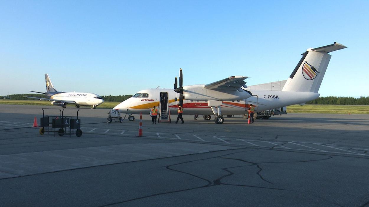 Un appareil d'Air Creebec est posé sur la piste de l'aéroport de Rouyn-Noranda.