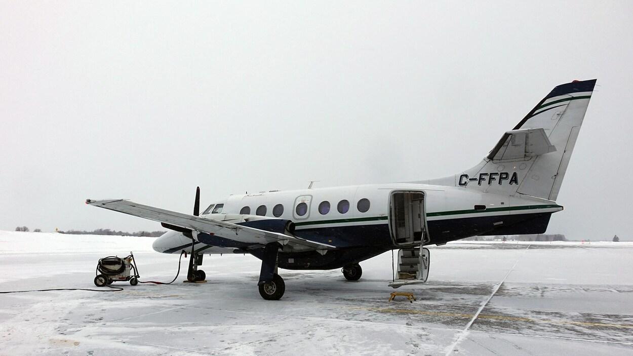 Un petit avion est posé sur la piste d'atterrissage à Wabush.