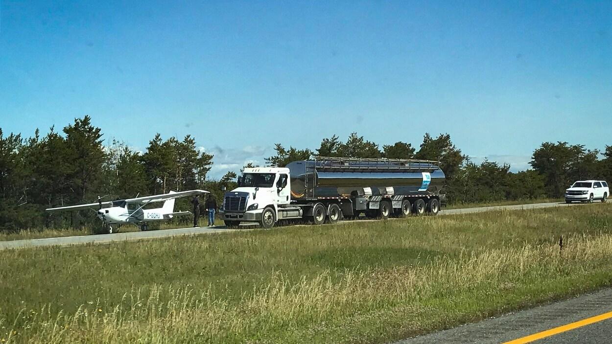 Un avion atterrit d'urgence sur l'autoroute 20.