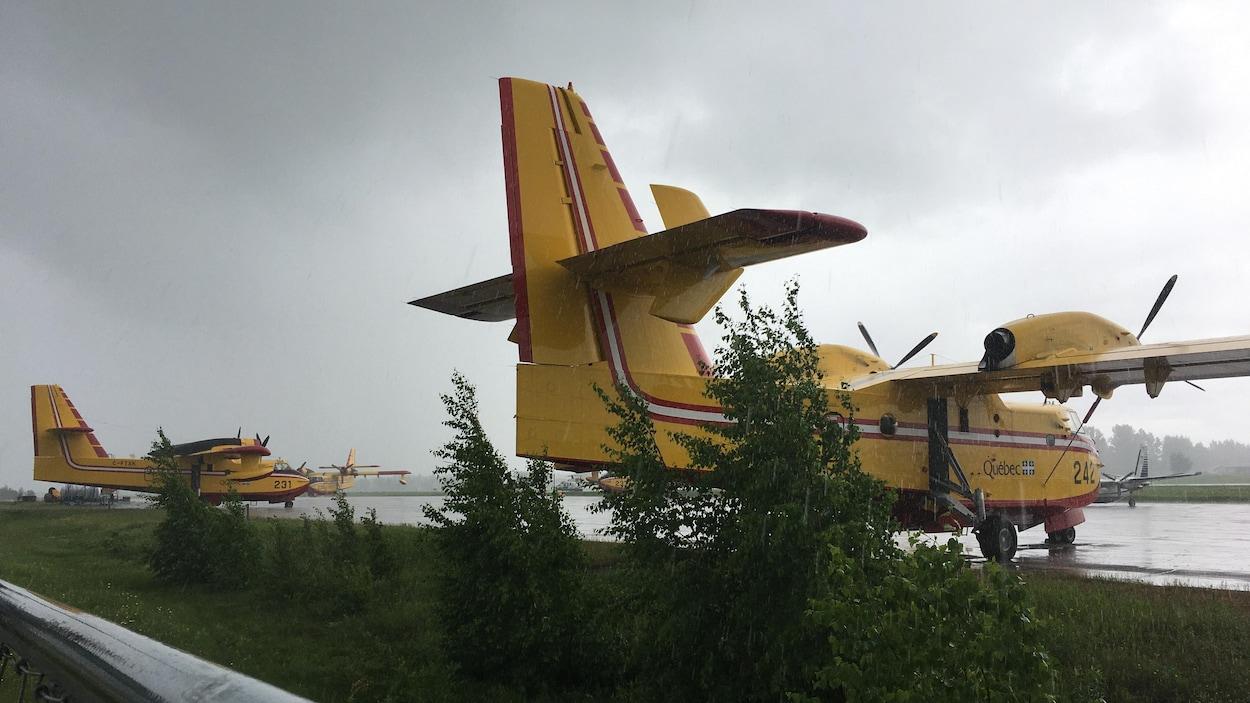 Des avions-citernes sont stationnés à l'aéroport de Roberval.
