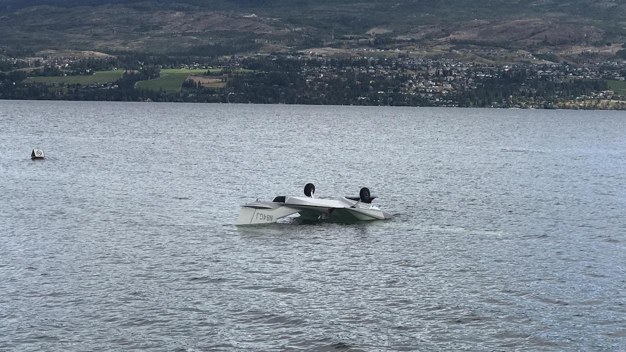 Un avion écrasé dans un lac.