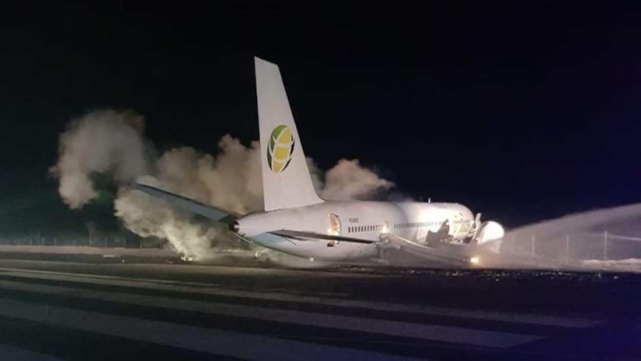 Une intense fumée entoure l'avion sur le tarmac