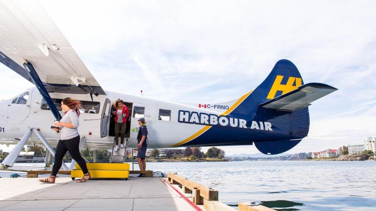Un avion de Harbour Air laisse descendre ses passagers dans le port de Victoria, en Colombie-Britannique