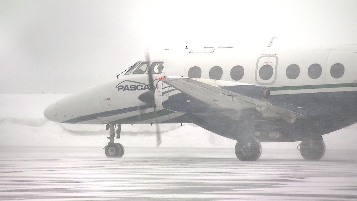 Un avion de la compagnie Pascan sous la neige.