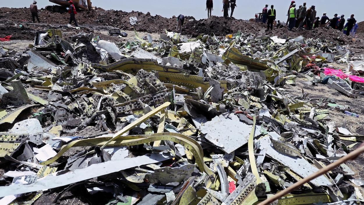 Des débris du Boeing de l'Ethiopian Airlines jonchent le sol.