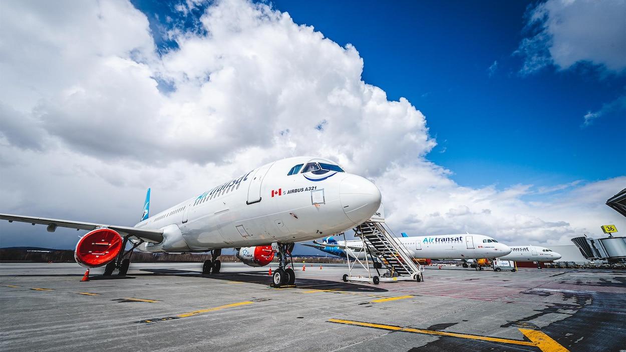 Des avions du transporteur Air Transat stationnés sur le tarmac de l'aéroport de Québec.